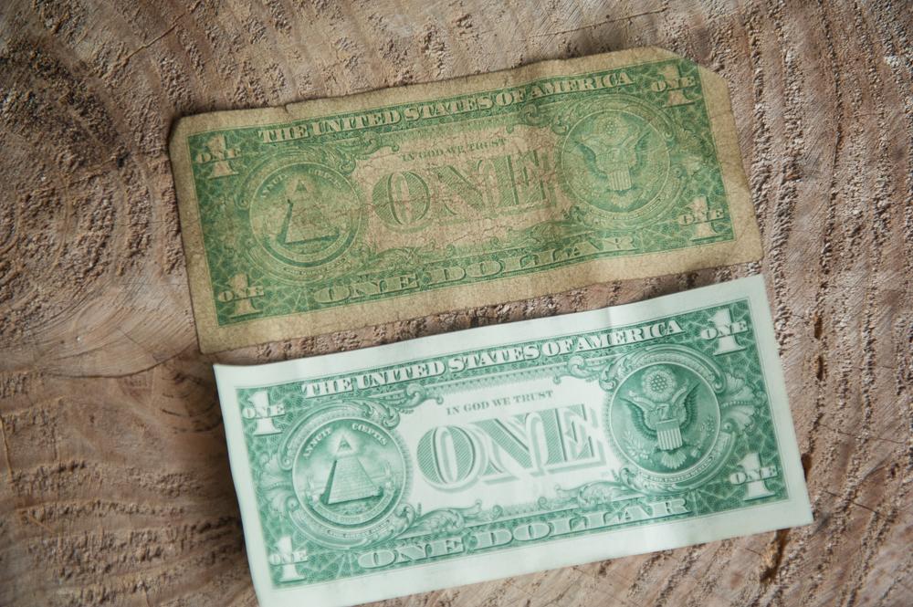 Amerykański dolar w wersji bankowej i wersji z Zimbabwe (USD jest w  Zim oficjalną walutą).